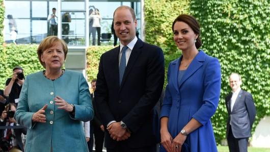 Bundeskanzlerin Angela Merkel (CDU) empfängt den britischen Prinzen William und seine Frau Herzogin Kate am 19. Juli 2017 im Bundeskanzleramt in Berlin. Rechts steht der britische Botschafter, Sir Sebastian Wood.