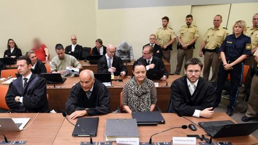 Die Angeklagte Beate Zschäpe (vorne, 2.v.r) sitzt am 19. Juli im Gerichtssaal im Oberlandesgericht in München zwischen ihren Anwälten Hermann Borchert (2.v.l) und Mathias Grasel (r). Zweite Reihe 3.v.l. der Angeklagte Ralf Wohlleben, in der hinteren Reihe die Angeklagten Holger G. (rotes Shirt) und Carsten S. (grauer Kapuzenpulli).