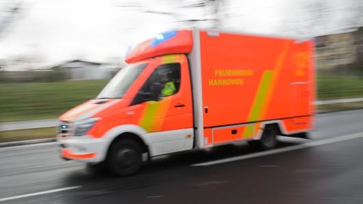 Der Verletzte wurde mit dem Rettungswagen ins Krankenhaus gebracht. (Archivbild)