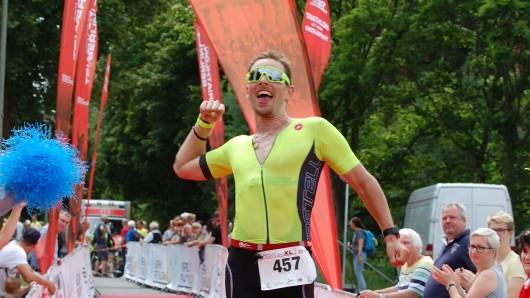 WSV-Top-Triathlet Tobias Barkschat jubelt beim Zieleinlauf nach dem Sieg in Berlin.