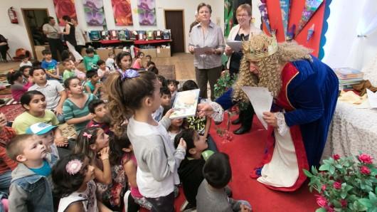 Eine Zauberin übergab den künftigen Erstklässlern die Grundausstattung für ihren Schulstart.