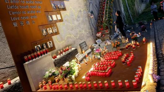 Zum Gedenken an die 21 Todesopfer und mindestens 652 Verletzten der Loveparade-Katastrophe vor sieben Jahren fand am Sonntagabend in Duisburg die Nacht der 1.000 Lichter statt.