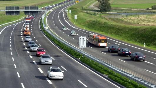Autos befahren die B6n bei Abbenrode, die künftig A36 heißt und offiziell Autobahn ist (Archivbild).
