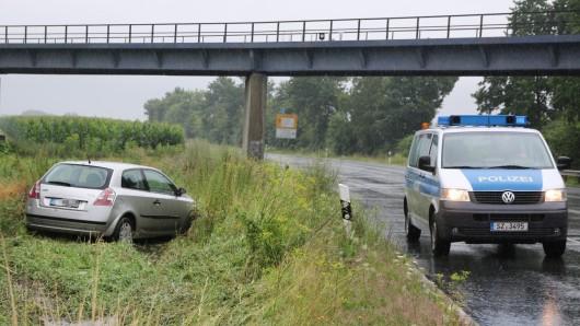 Auf regennasser Straße rutschte der Pkw über die Fahrbahn in den Straßengraben.
