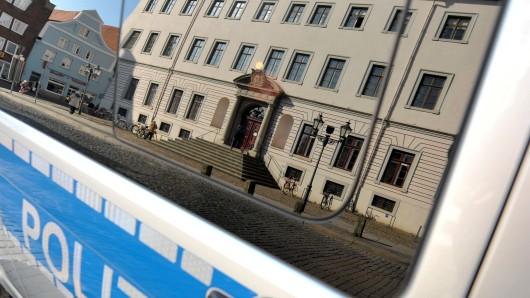 Die Schwurgerichtskammer des Landgerichts Lüneburg verhandelt seit Dienstag gegen den 26-Jährigen, der sich in Munster an einer 55-jährigen Frau vergangen und diese umgebracht haben soll.