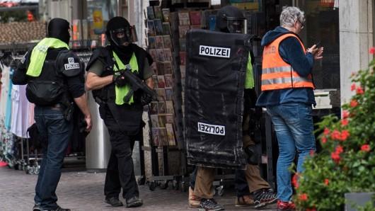 Die schweizerische Polizei hat den seit Montag gesuchten Kettensägen-Angreifer von Schaffhausen festgenommen; hier ein Foto vom Einsatz in der Schaffhauser Innenstadt am Montag.