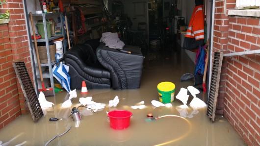 Meist ist eine fehlende Rückstausperre schuld wenn Keller oder Garagen vollaufen. (Archivbild)