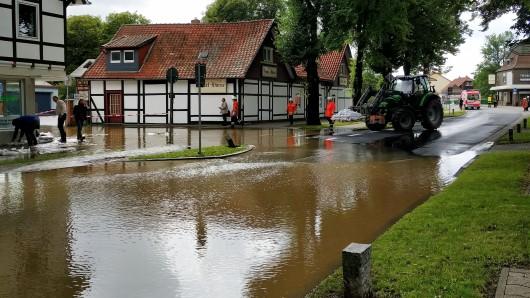 Der Schladener Ortskern steht bereits unter Wasser.