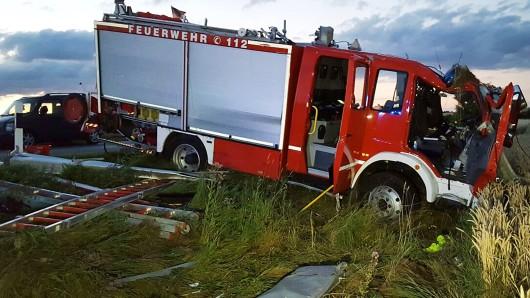 Auf dem Weg zum Hochwasser-Einsatz sind drei Feuerwehrleute bei Warberg schwer verunglückt (Symbolbild).