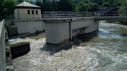 Das Eisenbütteler Wehr. Aus der sonst träge vor sich hin fließenden Oker ist ein reißender Fluss geworden.