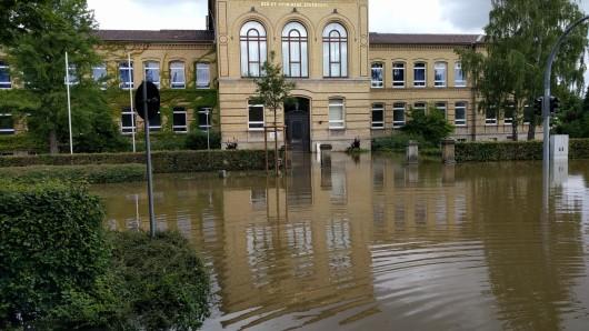 Die Große Schule: Auch Sandsack-Wälle haben das Eindringen des Wassers nicht verhindern können.