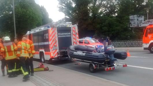 Die noch in Wolfenbüttel eingesetzte Feuerwehr Braunschweig bringt ein Schlauchboot zum Einsatzort.
