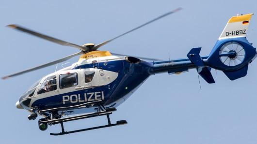 Bei der Verfolgung des Täters kam auch ein Polizeihubschrauber zum Einsatz (Symbolbild).