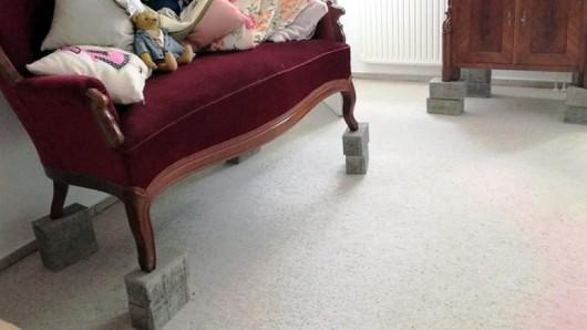 Mit diesen Betonverbundsteinen hat ein Braunschweiger seine Möbel vor dem Hochwasser in Sicherheit gebracht - und dafür eine Anzeige kassiert.