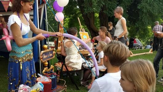 Anstehen für Luftballon-Figuren.