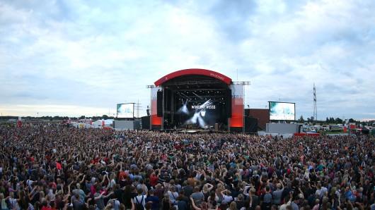 Menschenmassen in Gifhorn: Rund 32.000 Besucher sind am Samstagabend zu stars@ndr2 auf das Gelände neben dem Sportzentrum Nord gekommen, schätzen die Organisatoren vom Norddeutschen Rundfunk.