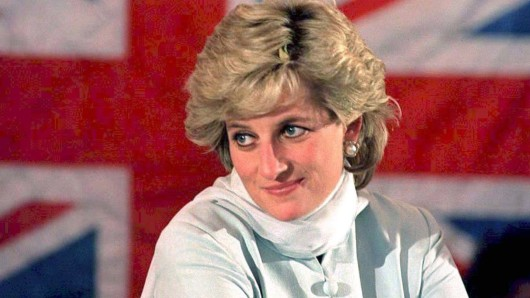 Pirnzessin Diana, die Königin der Herzen, im Jahr 1996 vor der britischen Flagge.