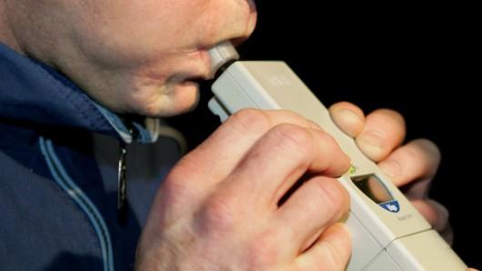 Mehr als 2 Promille hat der Alkoholtest beim Fahrer ergeben (Symbolbild).