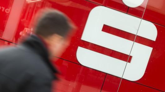 Mehr als 20.000 Euro hat ein Bankräuber bei der Sparkasse Düsseldorf erbeutet - 5.500 Euro davon muss er zurückzahlen.