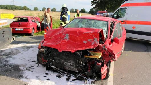 Der Zusammenstoß der beiden Fahrzeuge hat einen Toten und zwei Verletzte gefordert.