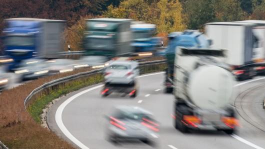 Der Lkw-Fahrer soll anstatt zu lenken seine Hände am Handy gehabt haben.