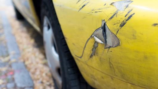 Der Mann touchierte beim Einparken auf der Frankfurter Straße gleich zwei Autos (Symbolbild).