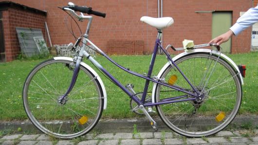 Die Polizei sucht den Eigentümer des Fahrrads.