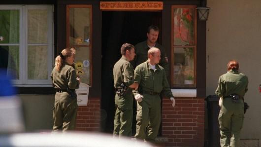 Polizisten durchsuchen das Wohnhaus der getöteten Frau.