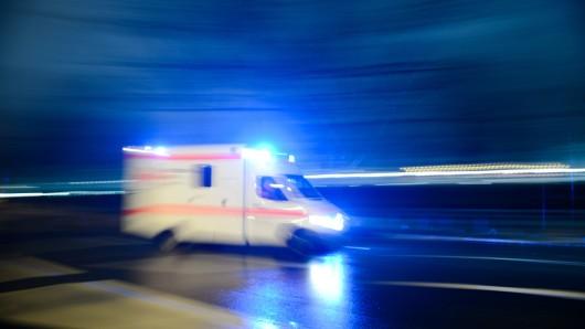 Nach dem Unfall musste der Fahrer ins Krankenhaus gebracht werden (Symbolbild).