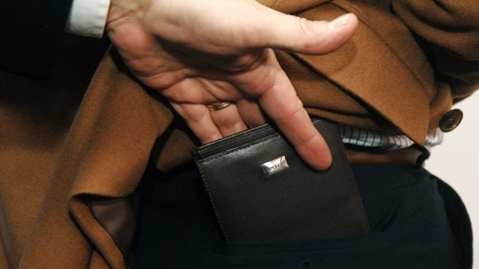 Die Gesäßtasche ist für Diebe leicht zugänglich. (Symbolbild)