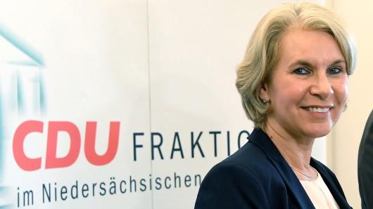 Die ehemalige Grünen Politikerin Elke Twesten spricht 4. August im Landtag in Hannover während einer Pressekonferenz. Im niedersächsischen Landtag.