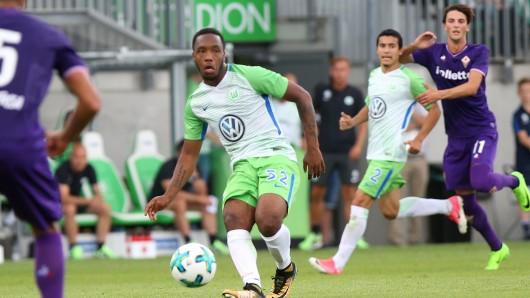 Wolfsburgs Kaylen Hinds verweilt zur Zeit immer noch in England - und lässt sich nicht beim Training blicken. (Archivbild)