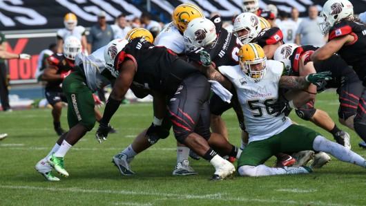 Die Defense rollt über das Feld.
