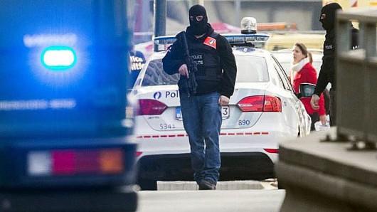 Nach einer wilden Verfolgungsjagd zwischen einem Auto mit deutschem Kennzeichen und der belgischen Polizei sperrten die Beamten das Gelände weiträumig ab.