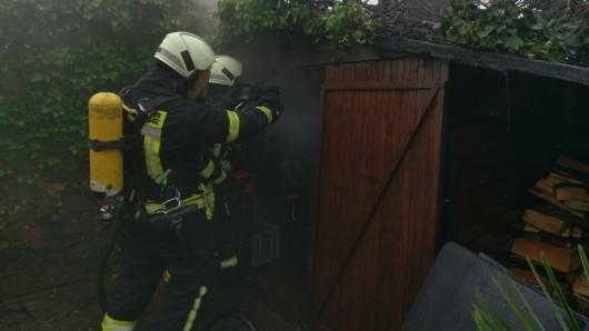 Mitglieder der Freiwilligen Feuerwehr Vorsfelde konnten die Zerstörung des Gartenhauses verhindern.
