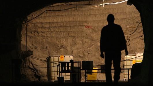 Ein Bergmann in der Schachtanlage Asse II vor Behältern mit radioaktiv verseuchten Flüssigkeiten in 750 Metern Tiefe (Archivbild).
