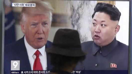 Ein Mann blickt an einer Bahnstation in der südkoreanischen Hauptstadt Seoul auf eine Nachrichtenwand mit den Fotos von US-Präsident Donald Trump und Nordkoreas Diktator Kim Jong-un.