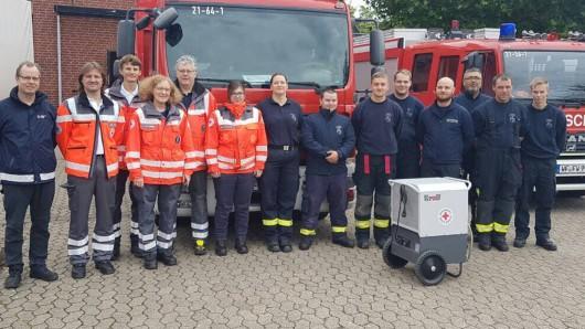 Gruppenbild mit Trockner: Die Helfer von DRK und Feuerwehr Wolfenbüttel.