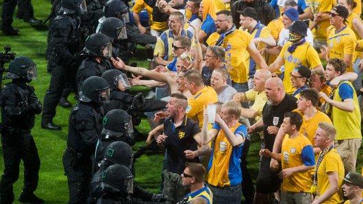 Nach Abpfiff des Relegations-Rückspiels zwischen Eintracht Braunschweig und dem VfL Wolfsburg hatte die Polizei Mühe, die auf den Platz gestürmten Eintracht-Chaoten zurückzudrängen (Archivbild).