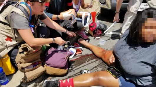 Helfer kümmern sich um Verletzte des Auto-Angriffs in Charlottesville.