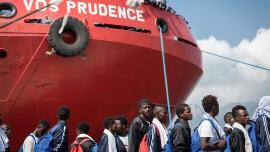 Flüchtlinge verlassen in Salerno (Italien) das Rettungsschiff Vos Prudence der Hilfsorganisation Ärzte ohne Grenzen.