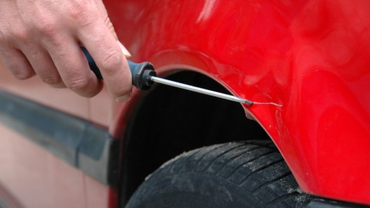 Unbekannte haben vier Auto in Königslutter zerkratzt. (Symbolbild)