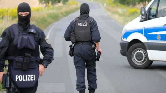 Erst einem Großaufgebot der Polizei gelang es, den zunächst auf Feldwegen und Landstraßen entschwundenen 23-Jährigen zu stellen (Symbolbild).
