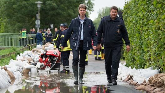 Nach dem Abklingen des Innerste-Hochwassers Ende Juli in Hildesheim: Oberbürgermeister Ingo Meyer (l.) und Feuerwehr-Chef Martin Stenz begutachten die Situation (Archivbild).