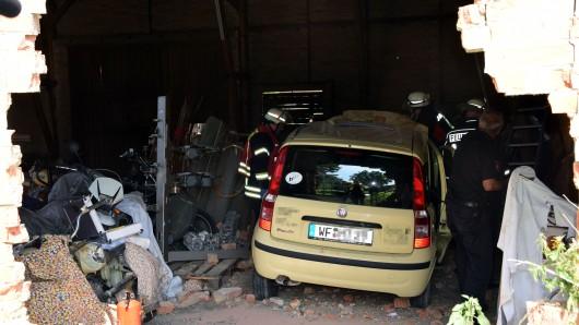 Trotz Einsturzgefahr wagten sich die Einsatzkräfte an den durch die Mauer gebrochenen Fiat Panda heran; dessen 52-jähriger Fahrer war eingeklemmt.
