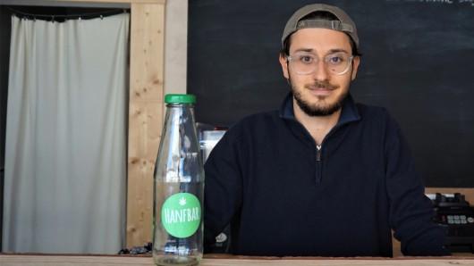 Marcel Kaine von der Hanfbar will der Refill-Aktion in Braunschweig zum Durchbruch verhelfen.