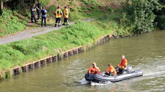 Zu Wasser und zu Lande fand die Suchaktion statt. Auch zwei Hubschrauber waren im Einsatz.