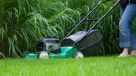 Die Frau bemerkte den Eindringling beim Rasenmähen nicht. (Symbolbild)