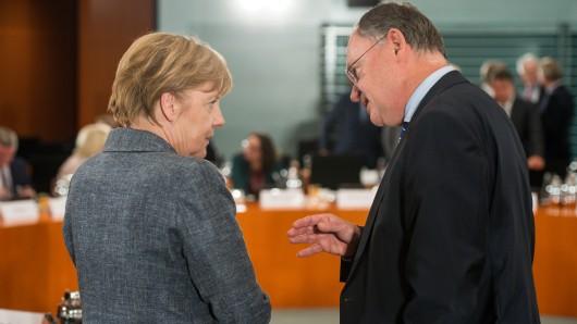Bundeskanzlerin Angela Merkel (l, CDU) und Stephan Weil (SPD), Ministerpräsident von Niedersachsen (Archivbild)
