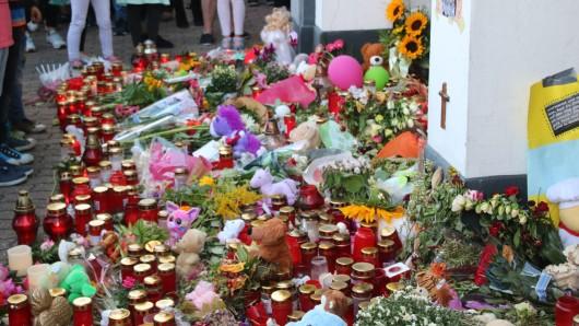 Ein Meer aus Blumen, Kuscheltieren und Kerzen an der Straßenkreuzung als Zeichen der Anteilnahme (Archivbild).